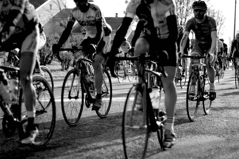 Un beau peloton avec plus de 1000 cyclistes