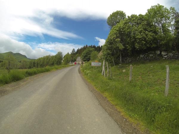 Traversée de village de montagne en vélo