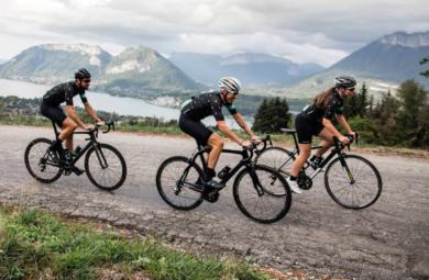 Groupe de cyclistes à vélo