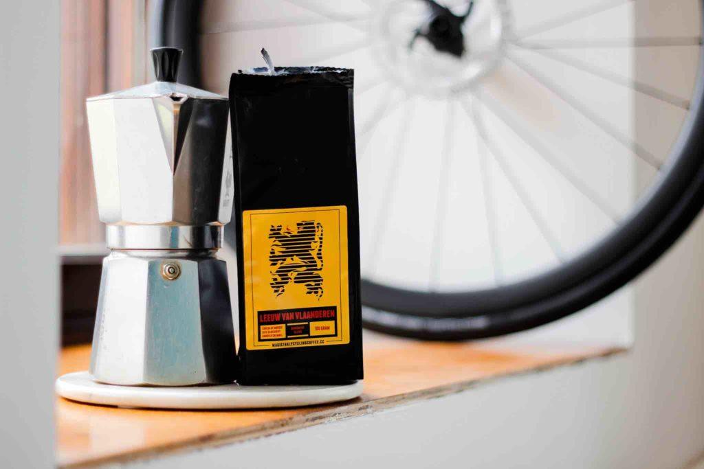 Cafetière et paquet de café MAGISTRALE