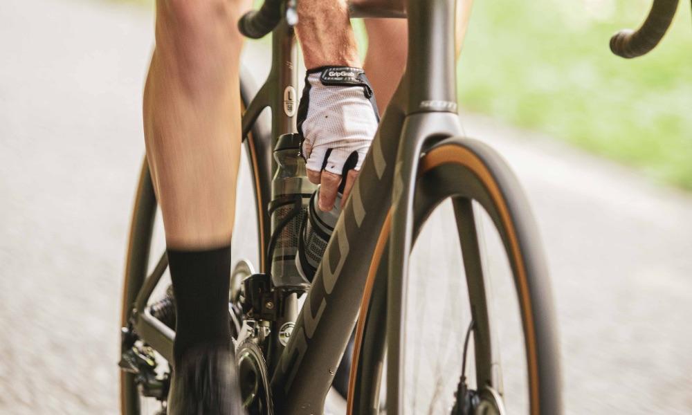 Remplir ses bidons d'eau quand on est cycliste