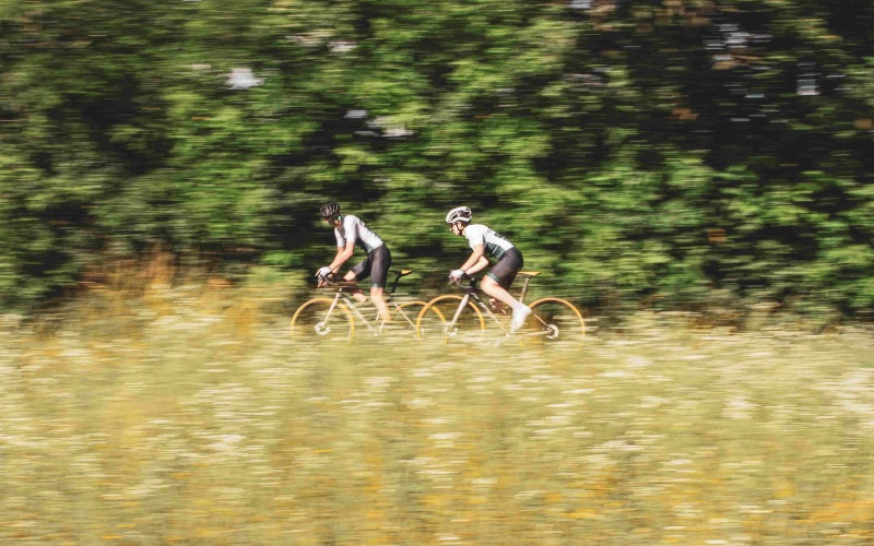 Cyclistes qui roulent au printemps